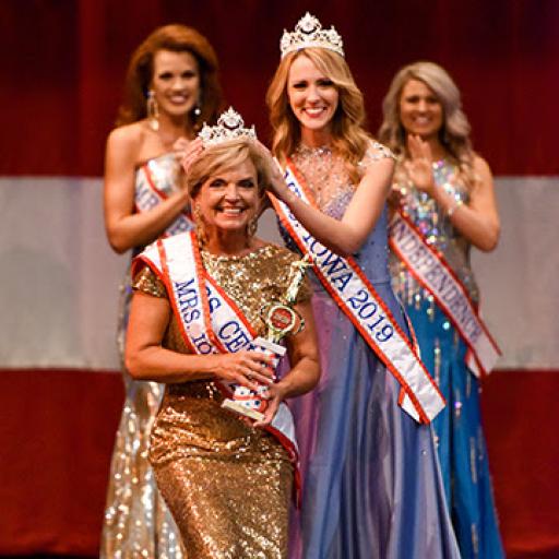 Glynis Worthington crowned Mrs. Iowa